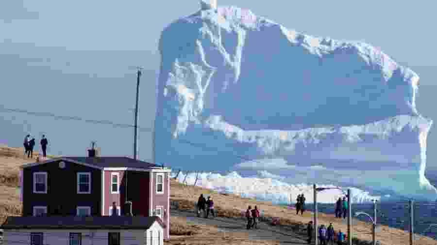 """Grande bloco de gelo passa pelo """"beco dos Icebergs"""" em Newfoundland - Reuters"""