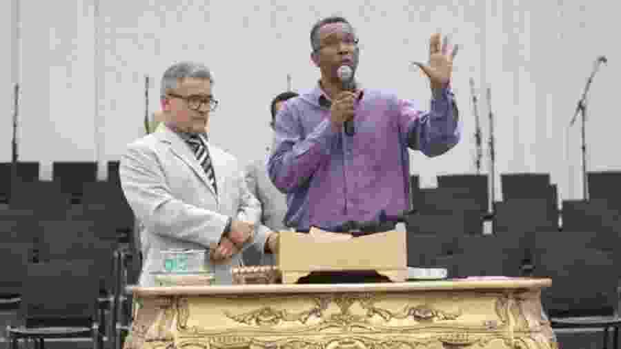À direita, Jaziel dos Santos Ferreira, que concorre como Irmão Jaziel ao cargo de conselheiro tutelar em Goiânia e diz ser apoiado por mais de 60 líderes evangélicos de sua região - Divulgação