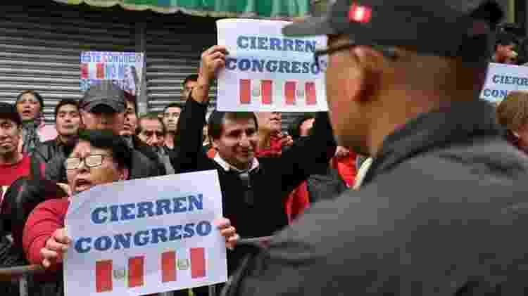 Manifestantes defendem o fechamento do Congresso peruano - Getty Images
