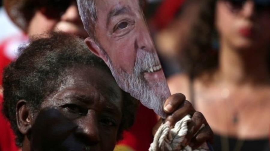 """Simpatizante de Lula em São Paulo, em foto de 13 de outubro; PT agora """"será forçado a voltar à mesa e fazer política"""", diz ex-ministro - Reuters"""