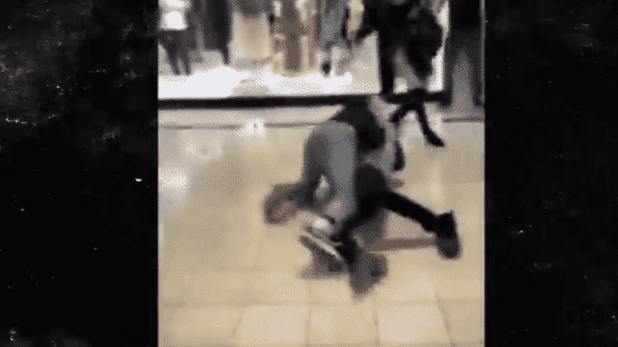 Briga em shopping nos Estados Unidos antes da Black Friday - Reprodução/TMZ