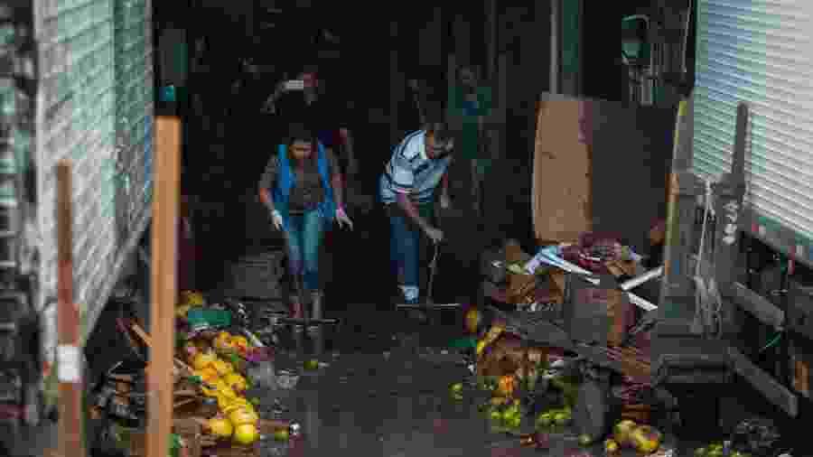 11.fev.2020- Permissionários da Ceagesp, na zona oeste da capital, descartam alimentos após as fortes chuvas que atingiram a cidade - Felipe Rau/Estadão Conteúdo