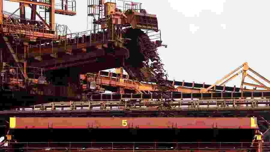 Navio carregado com minério de ferro para exportação no porto de Ponta da Madeira, em São Luís - Paulo Whitaker