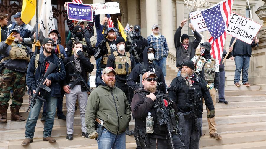 Protesto contra quarentena nos EUA tem carreata, armas e símbolo nazista - JEFF KOWALSKY / AFP