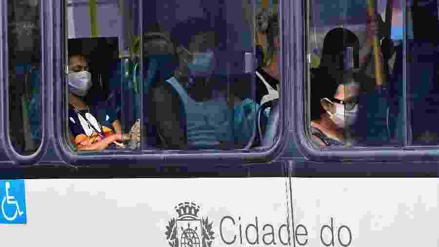 Pessoas usam máscaras em ônibus no bairro de Copacabana, na zona sul do Rio de Janeiro - PETER ILICCIEV/ESTADÃO CONTEÚDO