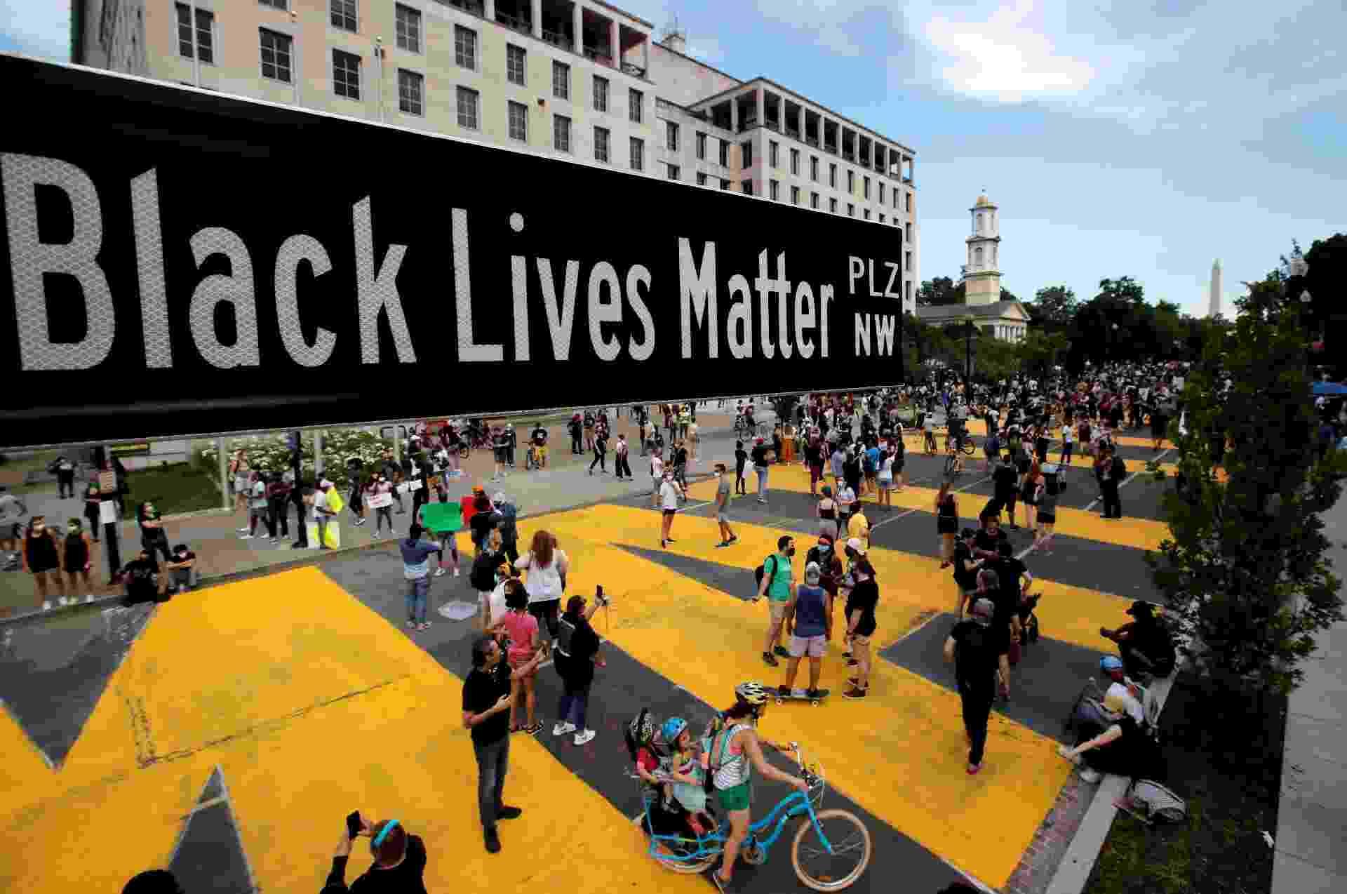 Uma placa de rua do Black Lives Matter Plaza é vista perto da Igreja Episcopal de St. John, enquanto os protestos contra a morte na custódia policial de George Floyd, em Minneapolis, continuam em Washington - CARLOS BARRIA/REUTERS