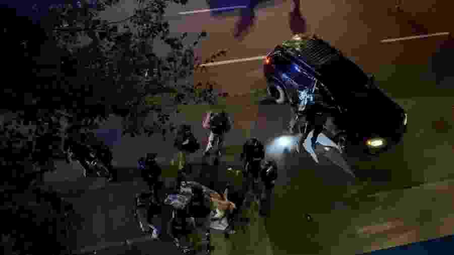 Socorristas e policiais cercam vítima em tiroteio em Portland, nos Estados Unidos - 29.ago.2020 - Sergio Olmos/Reuters