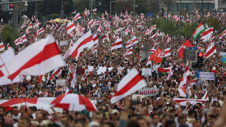 Milhares agitaram bandeiras vermelhas e brancas, cores da oposição ao presidente Alexander Lukashenko - TUT.BY/via REUTERS