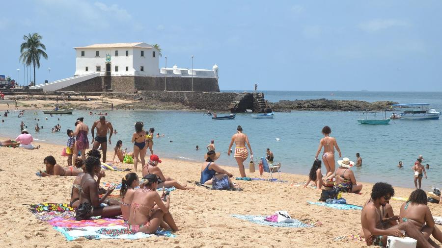 17.nov.2020 - Movimentação de banhistas na praia do Porto da Barra, em Salvador - ROMILDO DE JESUS/FUTURA PRESS/FUTURA PRESS/ESTADÃO CONTEÚDO
