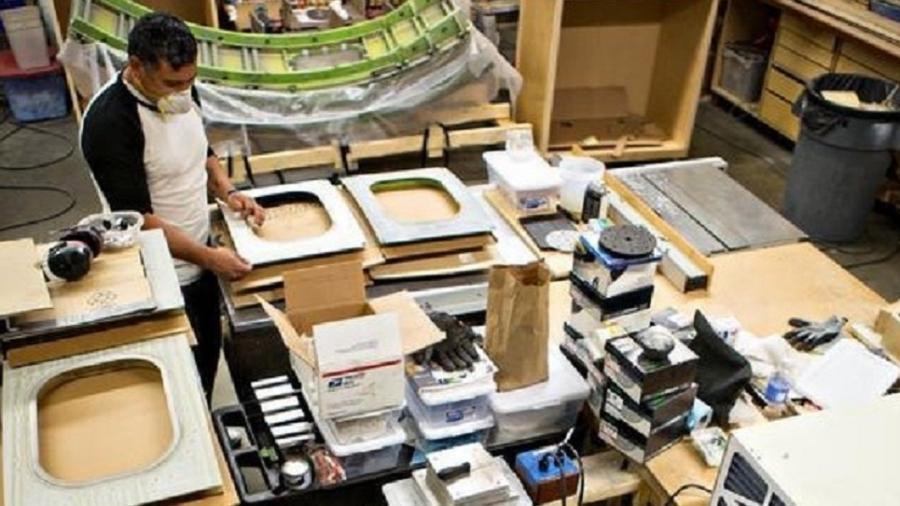 Artesão trabalha com peças de aviões da Boeing para criar móveis de luxo - Divulgação