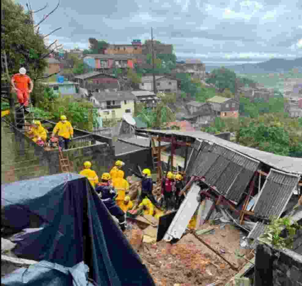 Equipes foram acionadas para atender a um desabamento de residência, com vítimas de soterramento - Reprodução/Facebook/cbmscoficial