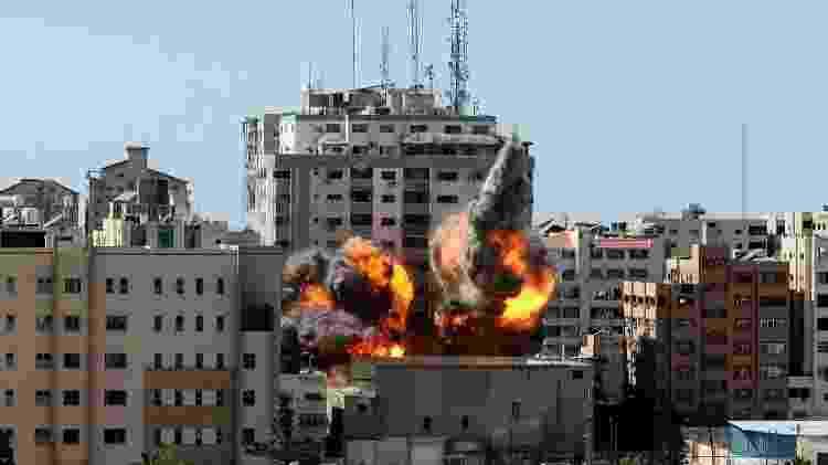 Bombardeio aéreo israelense atinge prédio na Faixa de Gaza onde funcionavam escritórios de duas agências de notícia, dm 15 de maio - Mahmud Hams/AFP - Mahmud Hams/AFP