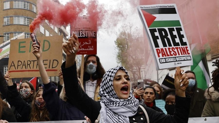 Grupo de manifestantes pró-palestina protesta em Londres em frente à embaixada israelense - Tolga Akmen/AFP