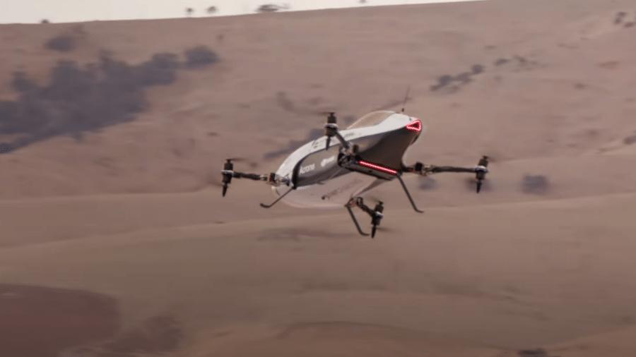 """No vídeo promocional carro voador apareceu dando voltas em seu passeio inaugural pelo """"circuito"""" no céu - Reprodução/Youtube"""