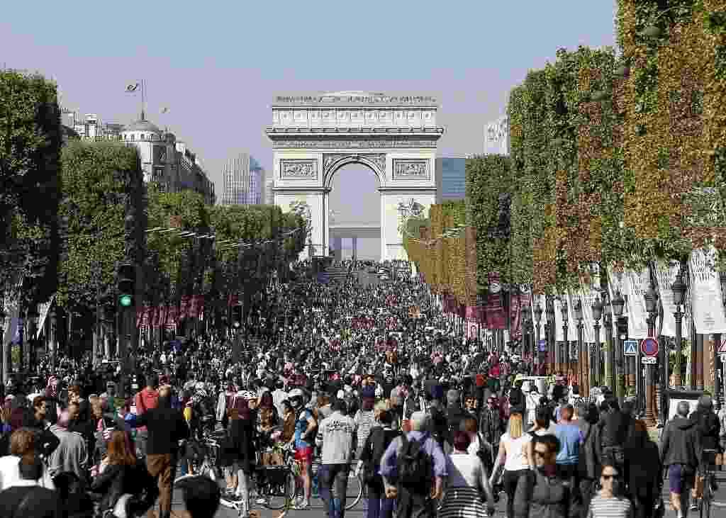 """27.set.2015 - População lota a avenida Champs Elysee durante o """"Dia sem Carro"""" neste domingo (27). O evento realizado pela primeira vez em Paris proibiu a circulação de carros na área central da cidade, permitindo que a população passeie a pé, de bicicleta, skate ou patins do Arco do Triunfo até o Palácio da Bastilha - Thomas Samson/AFP"""