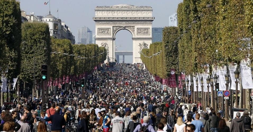 27.set.2015 - População lota a avenida Champs-Élysées, em Paris, durante o