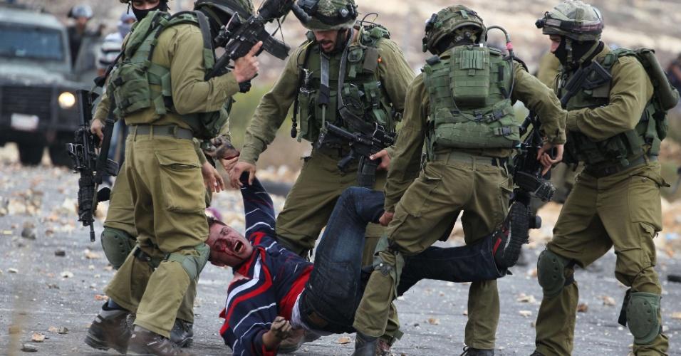 7.out.2015 - Soldados israelenses detêm palestino que estava atirando pedras na direção deles em Beit El, nos arredores da cidade de Ramallah, Cisjordânia. Novos casos de violência entre palestinos e as forças de segurança de Israel aumentam o temor de uma nova Intifada, o conhecido levante palestino