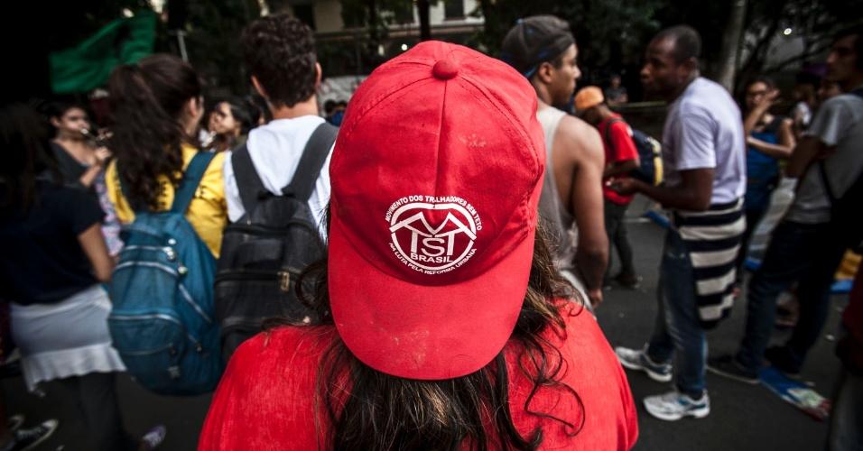 11.nov.2015 - Grupo que apoia a ocupação da escola estadual Fernão Dias faz manifestação na manhã desta quarta. Eles protestam contra a reorganização escolar da rede estadual paulista