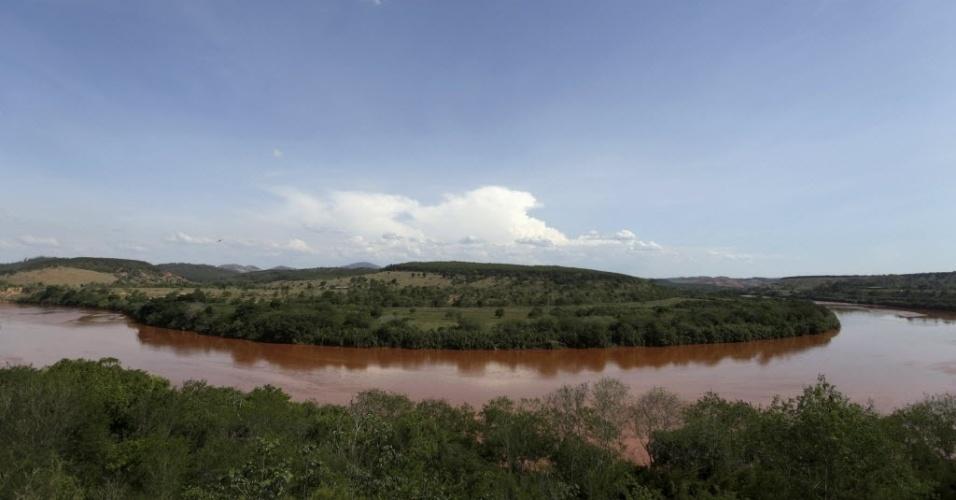12.nov.2015 - No dia 12 de novembro, lama já tomava grande extensão do Rio Doce, em Minas Gerais.