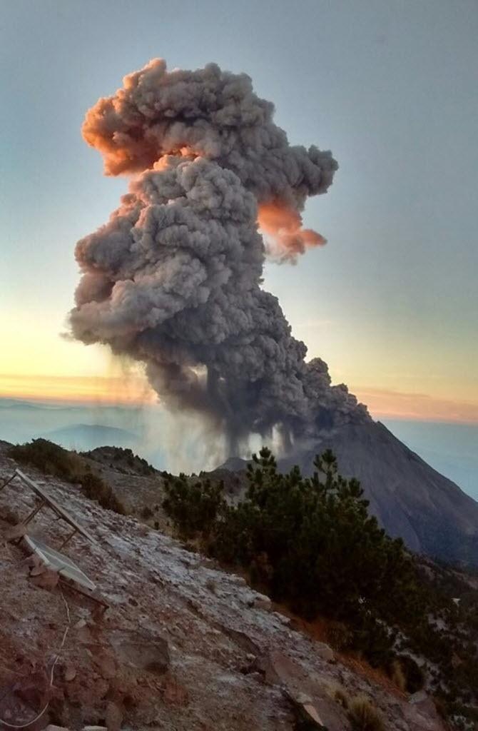 24.dez.2015 - O vulcão de Colima lançou duas colunas de cinzas de dois quilômetros de altura, informou a Defesa Civil do Estado de Jalisco, no oeste do México