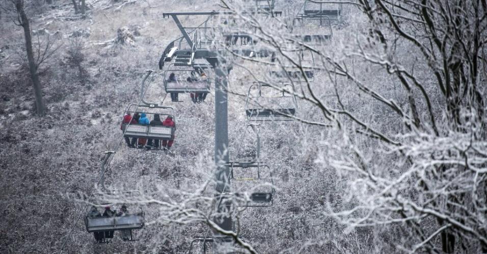 2.jan.2016 - Esquiadores encaram frio congelante em Epleny, na Hungria