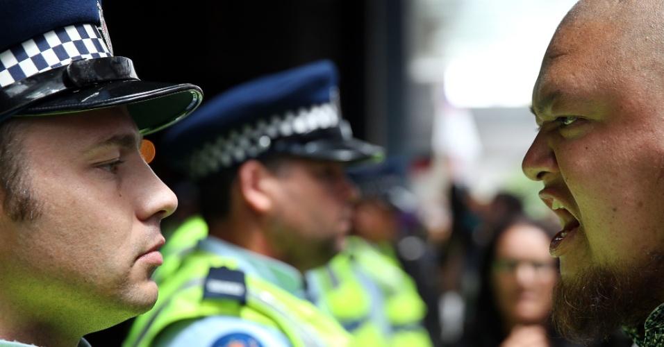 4.fev.2016 - Policiais e manifestante se encaram, enquanto protesto fecha ruas da cidade de Auckland nesta quinta-feira contra o Acordo de Parceria Transpacífico, debatido por ministros neozelandeses nesta quarta. Entre outras medidas, o acordo prevê a eliminação de quase todas as barreiras tarifarias entre os 12 países-membros - entre eles, algumas das maiores economias do mundo, como EUA e Japão - e que respondem por cerca de 40% da economia global