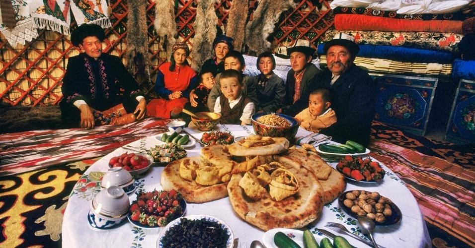 16.fev.2016 - Uma família senta para comer em sua tenda, conhecida com yourte. O yourte aparece na bandeira do Quirguistão e é uma habitação comum do país, com uma forma que complementa um estilo de vida nômade
