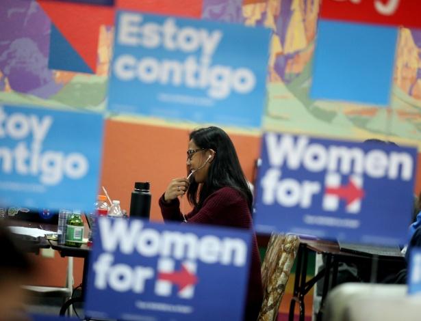 Jovem fala por telefone em comitê de campanha de Hillary Clinton em Las Vegas