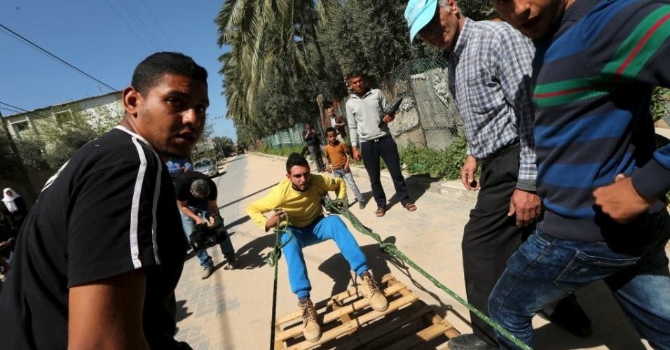 7.mar.2016 - Mohammad Baraka puxa um caminhão-tanque cheio com uma corda. Ele é considerado o homem mais forte da Faixa de Gaza