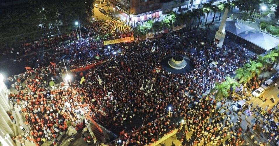 18.mar.2016 - Em Rio Branco (AC), manifestantes se concentram em frente em frente ao Palácio Rio Branco durante ato a favor da democracia e contra o impeachment da presidente Dilma Rousseff. A imagem foi enviada pelo internauta Adriano Costa para o WhatsApp do UOL Notícias (11) 95520 5752