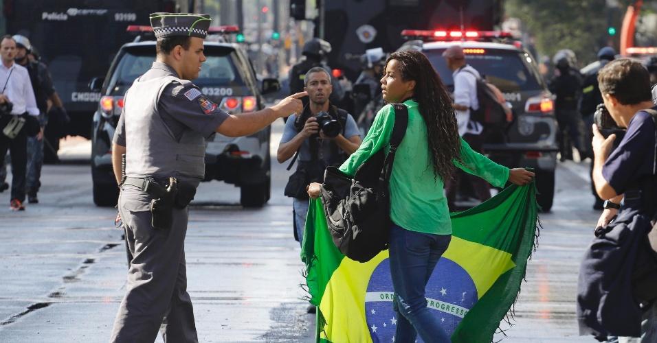 18.mar.2016 - Policial repreende manifestante que insiste em ocupar a avenida Paulista após ação da Tropa de Choque, que desbloqueou a via