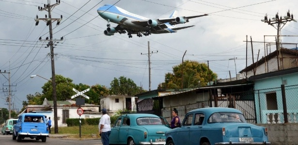 20.mar.2016 - O Air Force One sobrevoa Havana (Cuba)