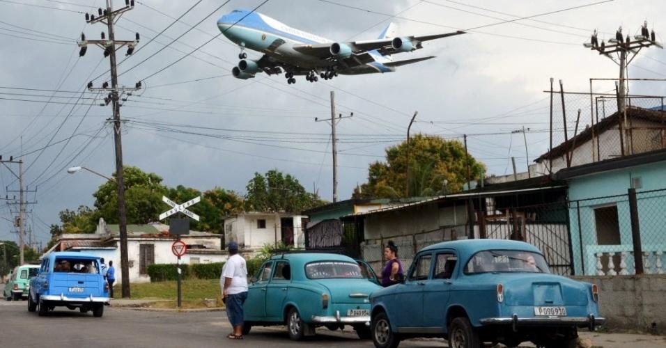 20.mar.2016 - O avião Air Force One, levando o presidente dos Estados Unidos, Barack Obama, e sua família, sobrevoa a cidade de Havana, capital de Cuba, onde o norte-americano desembarcou na tarde deste domingo
