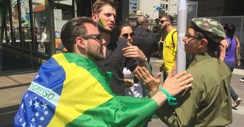 Membros do grupo, que ocupa parte da avenida Paulista, discutem com manifestante que queria estender faixa pedindo intervenção militar