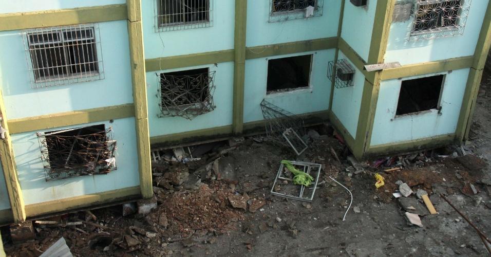 5.abr.2016 - Pelo menos cinco pessoas morreram e outras 13 ficaram feridas na explosão de um prédio em Fazenda Botafogo, no Rio de Janeiro. De acordo com a Defesa Civil, a explosão teria sido provocada por um vazamento de uma tubulação da Companhia Estadual de Gás (CEG)
