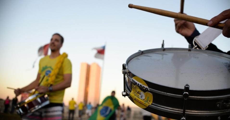 """15.abr.2016 - Manifestantes a favor do impeachment da presidente Dilma Rousseff tocam instrumentos de percussão em frente ao Congresso Nacional, no espaço do """"muro da vergonha"""" reservado aos protesto contra a presidente"""