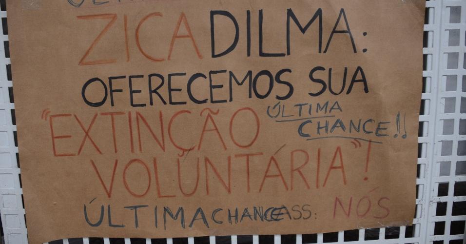 16.abr.2016 - Cartaz deixado em frente ao prédio da Fiesp (Federação das Indústrias do Estado de São Paulo), na avenida Paulista, pede a renúncia da presidente Dilma Rousseff. Manifestantes seguem acampados no local à espera da votação do impeachment na Câmara dos Deputados neste domingo