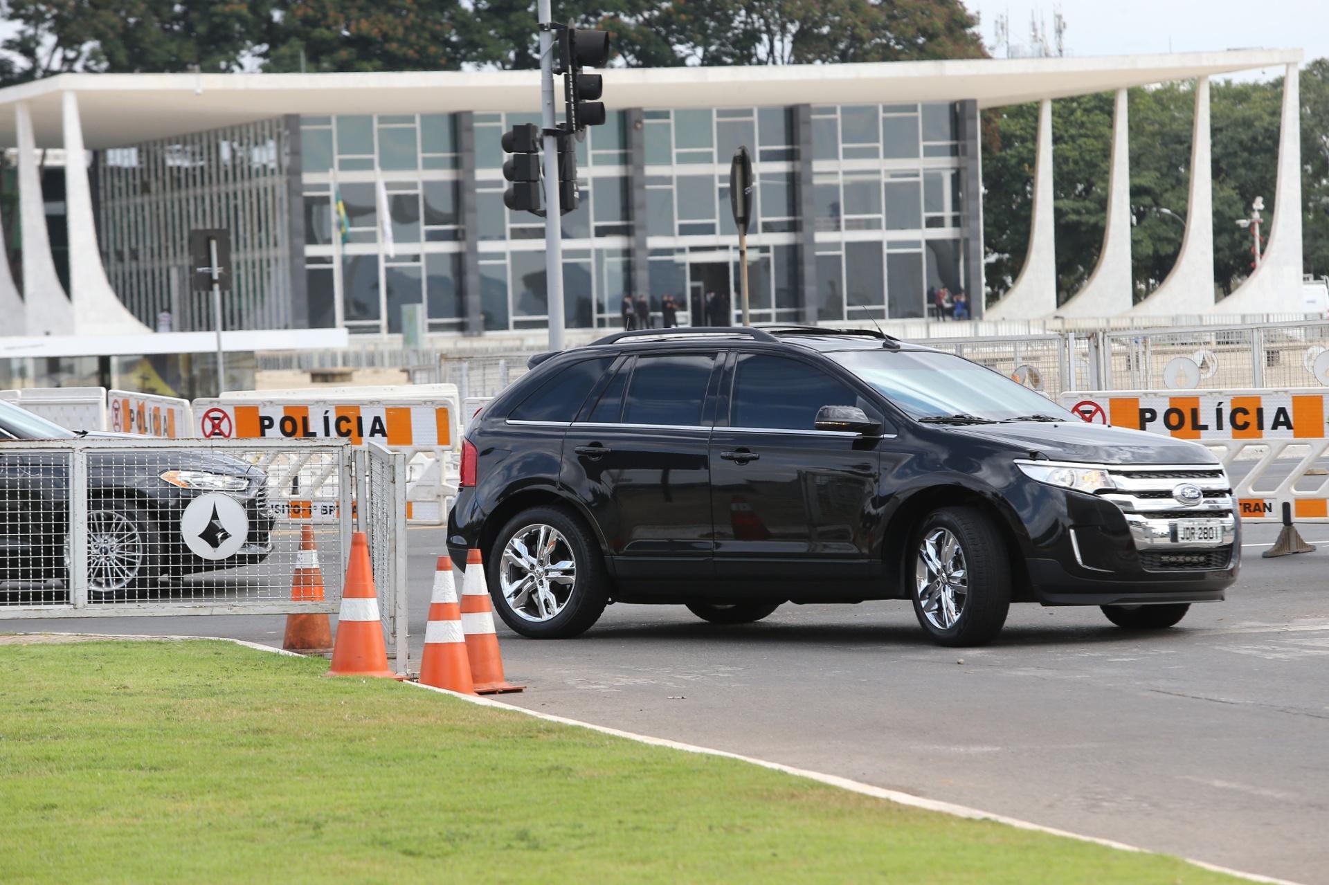 11.mai.2016 - Carro oficial da presidente Dilma Rousseff chega ao Palácio do Planalto, em Brasília, na tarde desta quarta-feira. O plenário do Senado vota hoje o possível afastamento de Dilma por até 180 dias