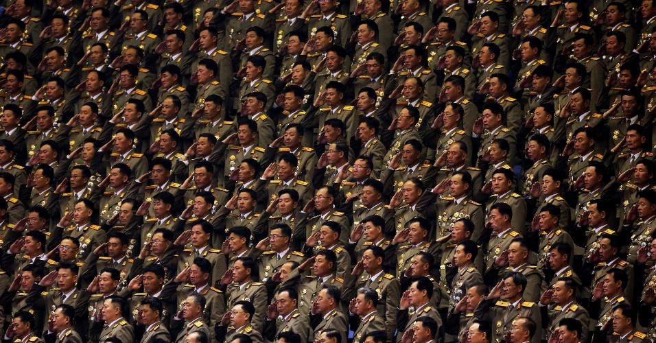 11.mai.2016 - Na Coreia do Norte, militares fazem saudação enquanto o hino nacional é tocado durante o sétimo congresso político do país, em Pyongyang. É a primeira vez em quase 40 anos que o congresso é realizado