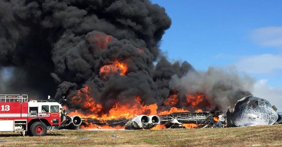 19.mai.2016 - Bombardeiro B-52, da Força Aérea dos Estados Unidos, é consumido pelas chamas após cair pouco após a decolagem de uma base americana em Guam, no Pacífico Ocidental. O avião militar iniciaria uma missão de treinamento quando notificou à torre de controle uma série de problemas. Os sete tripulantes conseguiram abandonar a aeronave