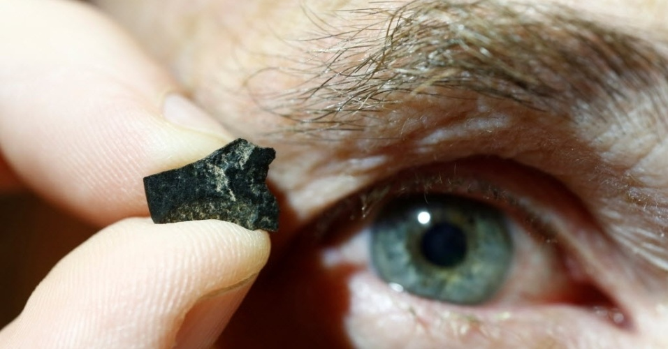 25.mai.2016 - Arqueólogo australiano Peter Hiscock mostra um pequeno fragmento do que ele acredita ser parte do machado mais antigo do mundo, em um laboratório de Sydney. O fragmento descoberto na Austrália tem entre 46 mil e 49 mil anos e seria uma prova contrária à tese de que as principais inovações tecnológicas na pré-história tiveram início na Europa