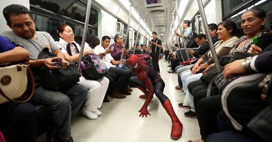 7.jun.2016 - Nas ruas de uma das maiores cidade da América Latina, no metrô, as pessoas geralmente ficam surpresas ao saber o super-herói mexicano é na verdade um professor universitário. Na imagem, Moises Vazquez toma o metrô rumo a mais um dia de aula