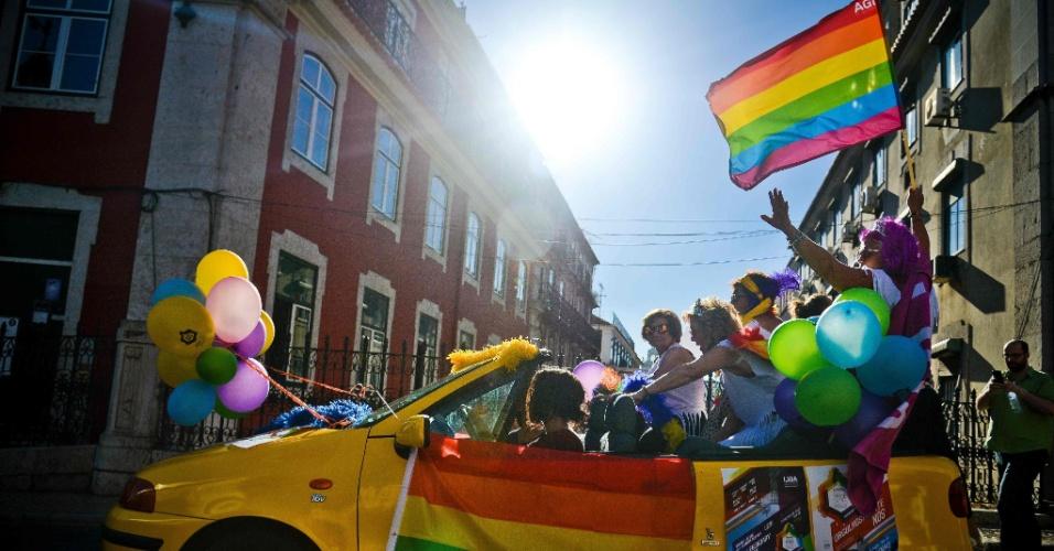 18.jun.2016 - Carro enfeitado com as cores do arco-íris desfila durante Parada do Orgulho Gay em Lisboa, Portugal