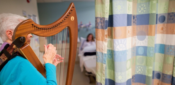 Jan Lucas toca harpa para pacientes da emergência do hospital St. Joseph's