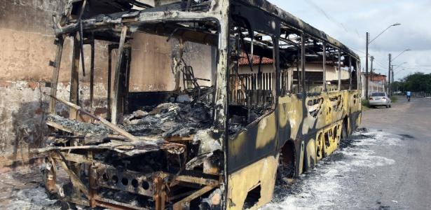 30.set.2016 - Ônibus é incendiado no Terminal da Forquilha, em São Luis (MA)