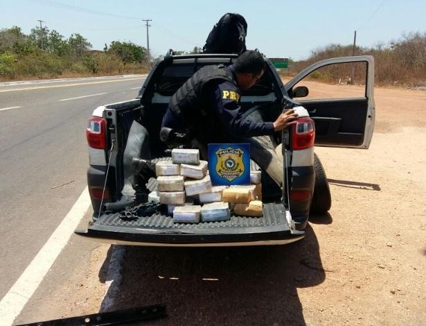 Os policiais rodoviários encontram R$ 1 milhão em notas escondidas no carro