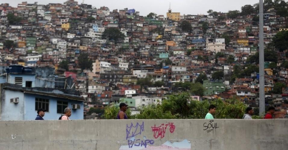 30.out.2016 - Eleitores caminham para votar em escola na favela da Rocinha, no Rio de Janeiro (RJ), durante o segundo turno das eleições