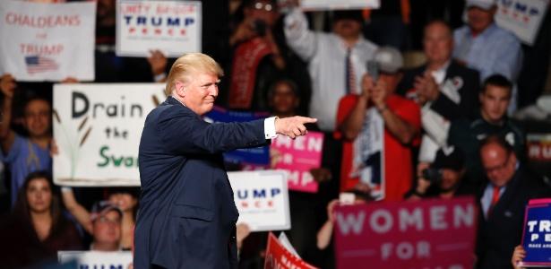 O candidato republicano Donald Trump acena durante campanha em Warren, no Michigan