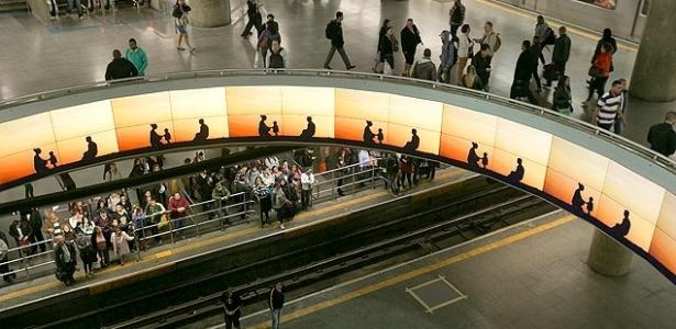 Painel eletrônico para publicidade na estação Sé do Metrô