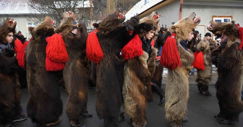 30.dez.2016 - Na Romênia, pessoas com roupas de urso desfilam pelas ruas da cidade de Comanesti durante um ritual para espantar os espíritos ruins deste ano